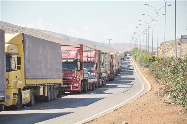 بحران عبور کامیونت های ترانزیت در مرز ایران و ترکیه(+عکس)