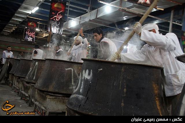 توزیع 110 دیگ آش شله مشهدی در عاشورا (عکس)
