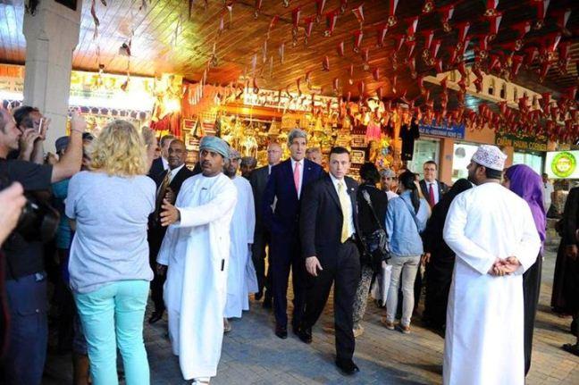 جان کری در بازار سنتی مسقط (عکس)