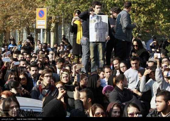 تجمع هواداران پاشایی مقابل بیمارستان (عکس)