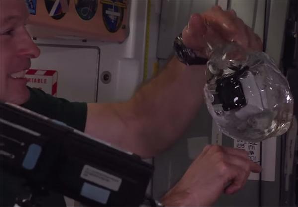 فیلمبرداری از داخل حباب آب در فضا - عصر دانش