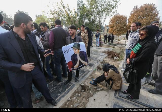 هواداران بر مزار پاشایی، صبح دوشنبه (عکس و فیلم)