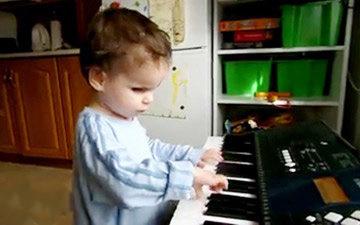 کودک نابینایی که نابغه موسیقی شد (+عکس)