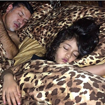 عکسی بامزه از دایی و دخترش درحال خواب