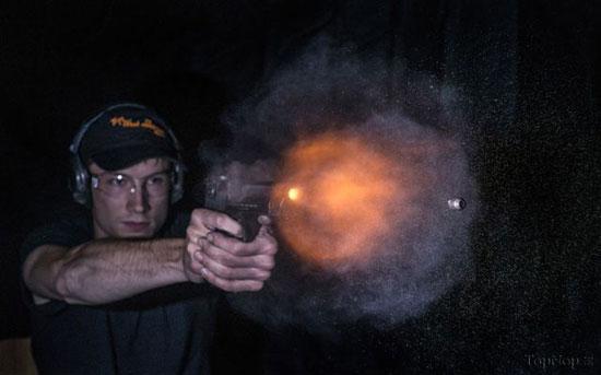لحظه شلیک گلوله (عکس)