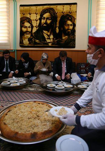 هدیه شمشیر ذوالفقار به داوود اوغلو (+عکس)
