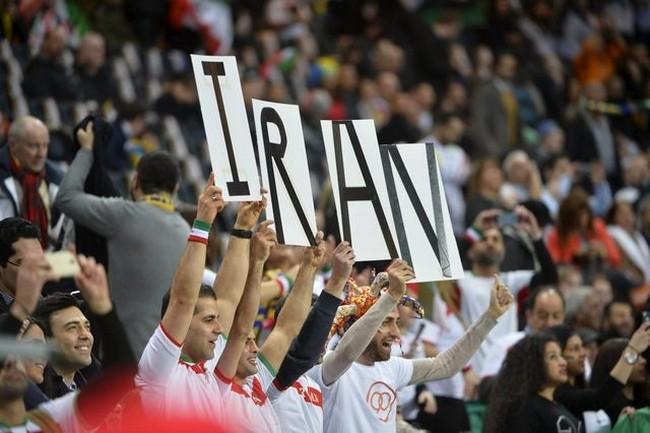 تماشاگران ایرانی شاهد بازی ایران داخل فرندز آرنا(عکس)