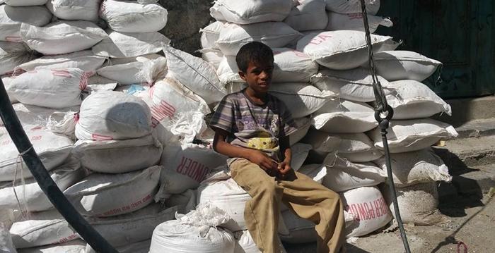 این کودک یمنی سنگر می فروشد (+عکس)