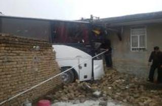ورود اتوبوس به حیاط خانه ای در بروجرد/ 22 زخمی (+عکس)