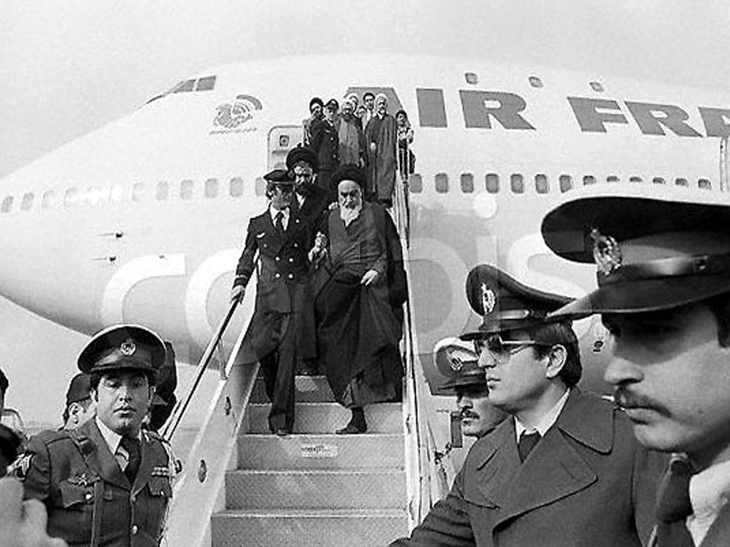 چه کسانی در پرواز انقلاب همراه امام خمینی بودند؟ (+ جدول)