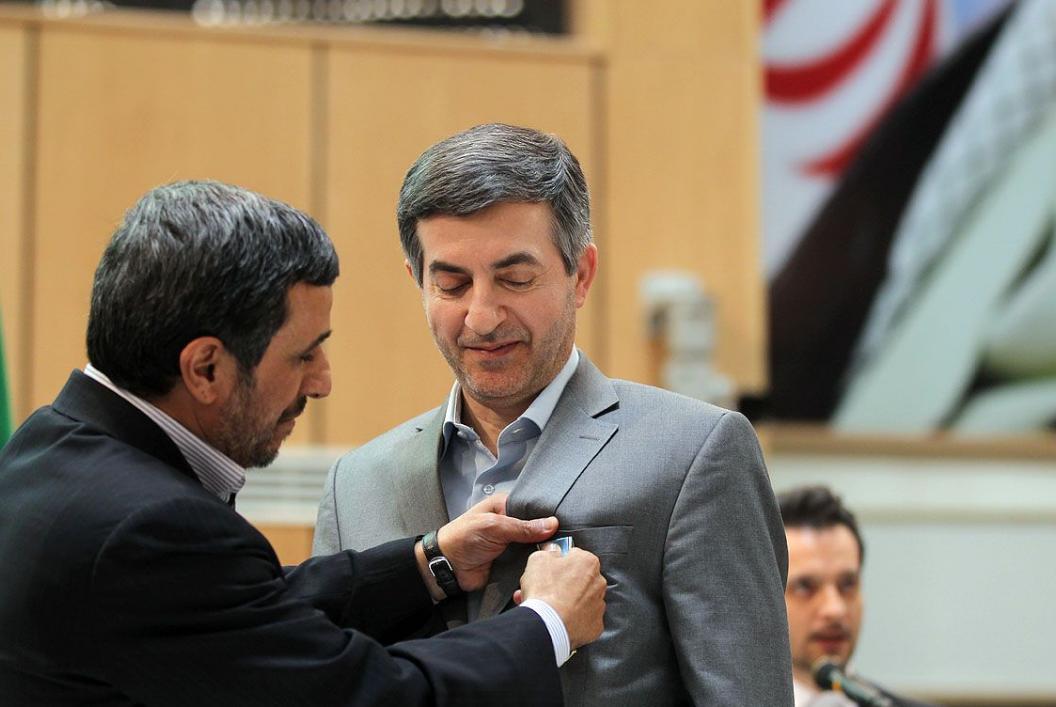 احمدی نژاد به چه کسانی نشان اعطا کرد؟/ از مشایی و رحیمی تا صالحی