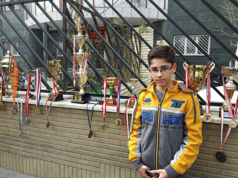 تحصن شطرنجباز 14 ساله مقابل درب فدراسیون