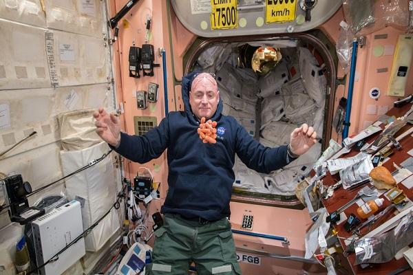 اسکات کلی: همه باید به فضا سفر کنند!