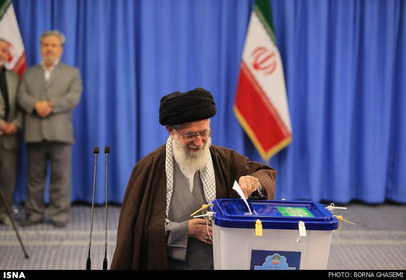 مقام معظم رهبری رأی خود را به صندوق انداختند/هر کسی ایران را دوست دارد در انتخابات شرکت کند.