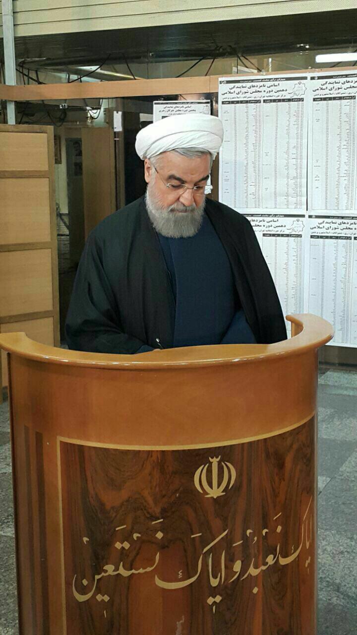 روحانی در حال نوشتن رای(عکس)