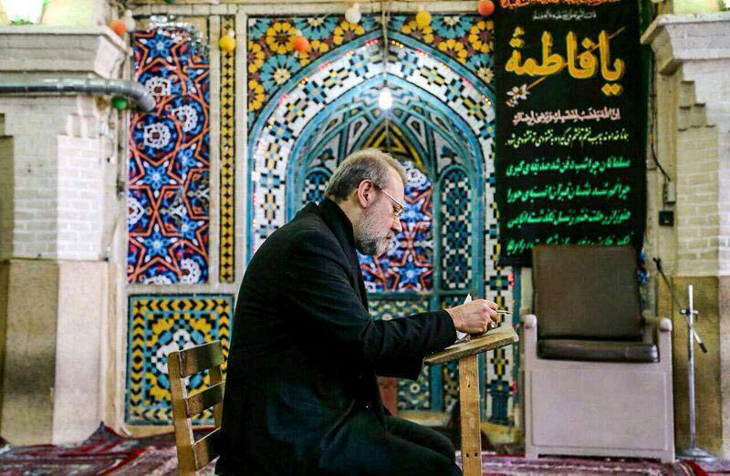 علی لاریجانی در حال نوشتن رای(عکس)
