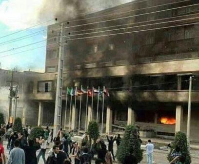 تجمع و آتش زدن هتل مهاباد در اعتراض به مرگ مشکوک دختر جوان / 25 نفر زخمی شدند