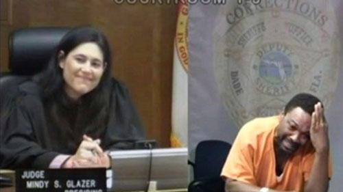 متهم با دیدن قاضی از هم پاشید! (+عکس)