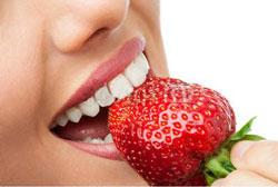 با توت فرنگی دندانهایتان را بلیچینگ کنید