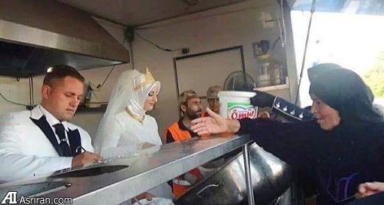 عروس و داماد ترک به جای مراسم،به آوارگان سوری غذا دادند (عکس)