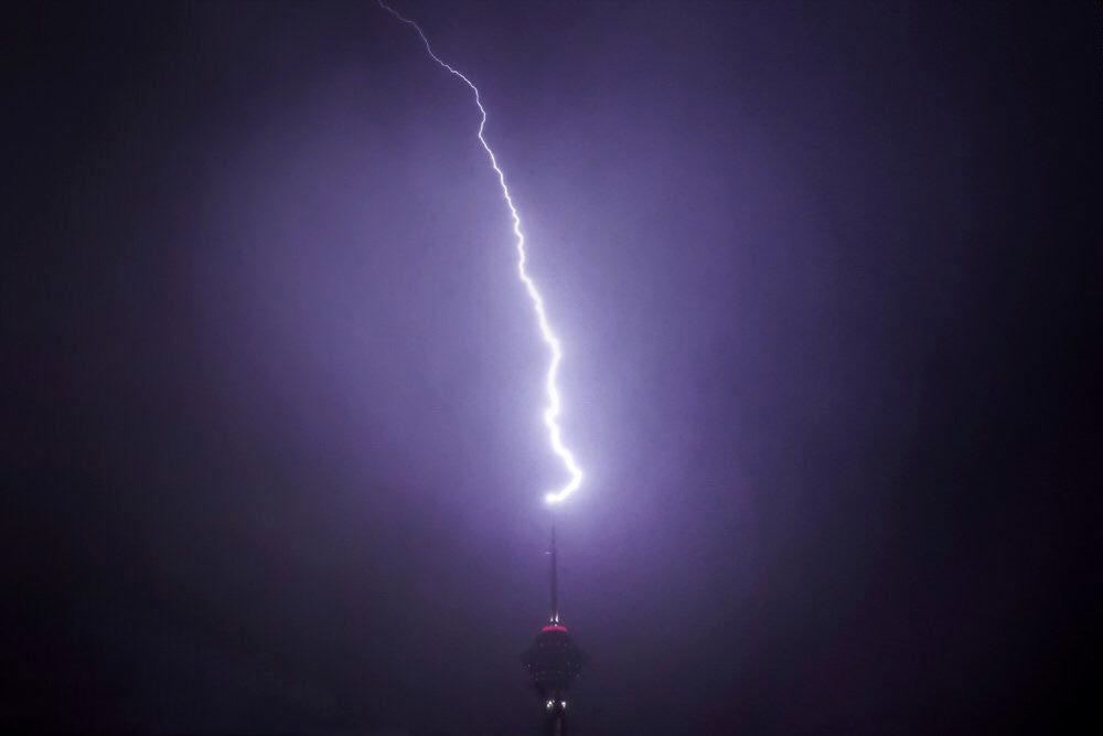 برخورد صاعقه با برج میلاد (عکس)