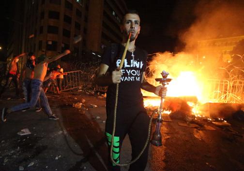 قلیان کشی در وسط تظاهرات! (عکس)