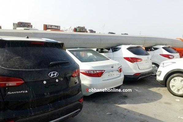 سقوط دکل روی خودروهای لوکس در بندر لنگه (+عکس)
