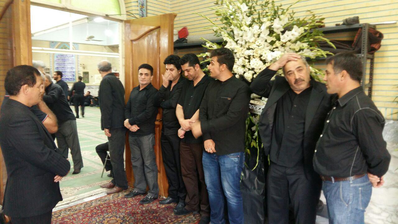 علی کریمی در مراسم ختم مادرمحمدبنا(+گزارش تصویری)
