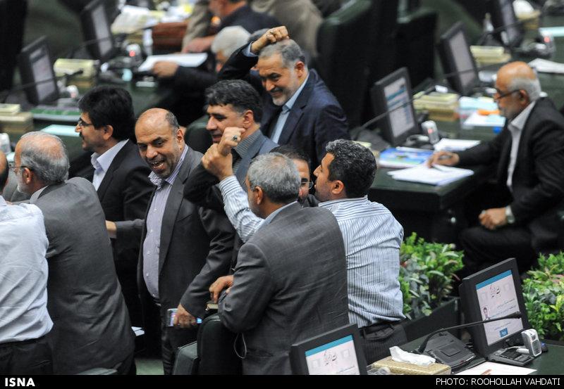 شوخی فیزیکی نمایندگان مجلس (عکس)