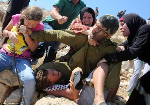 مادر فلسطینی با کتک زدن سرباز اسرائیلی بچه اش را گرفت (+عکس)