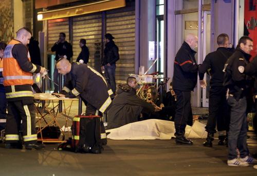 اولاند: اعلام حالت فوق العاده در سراسر فرانسه/ همه مرزهای فرانسه بسته می شود / 60 کشته در تیراندازی و انفجارهای پاریس / 2 انفجار در نزدیکی استادیوم پاریس/ ادامه گروگانگیری 100 نفر / تیراندازی جدید در یک مرکز خرید پاریس