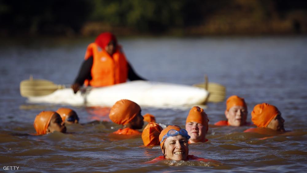 شنای خانم سفیر هلند در نیل بعد از باخت شرط بندی (+عکس)