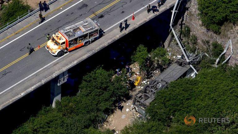 43 کشته در واژگونی اتوبوس پلیس در آرژانتین (+عکس)