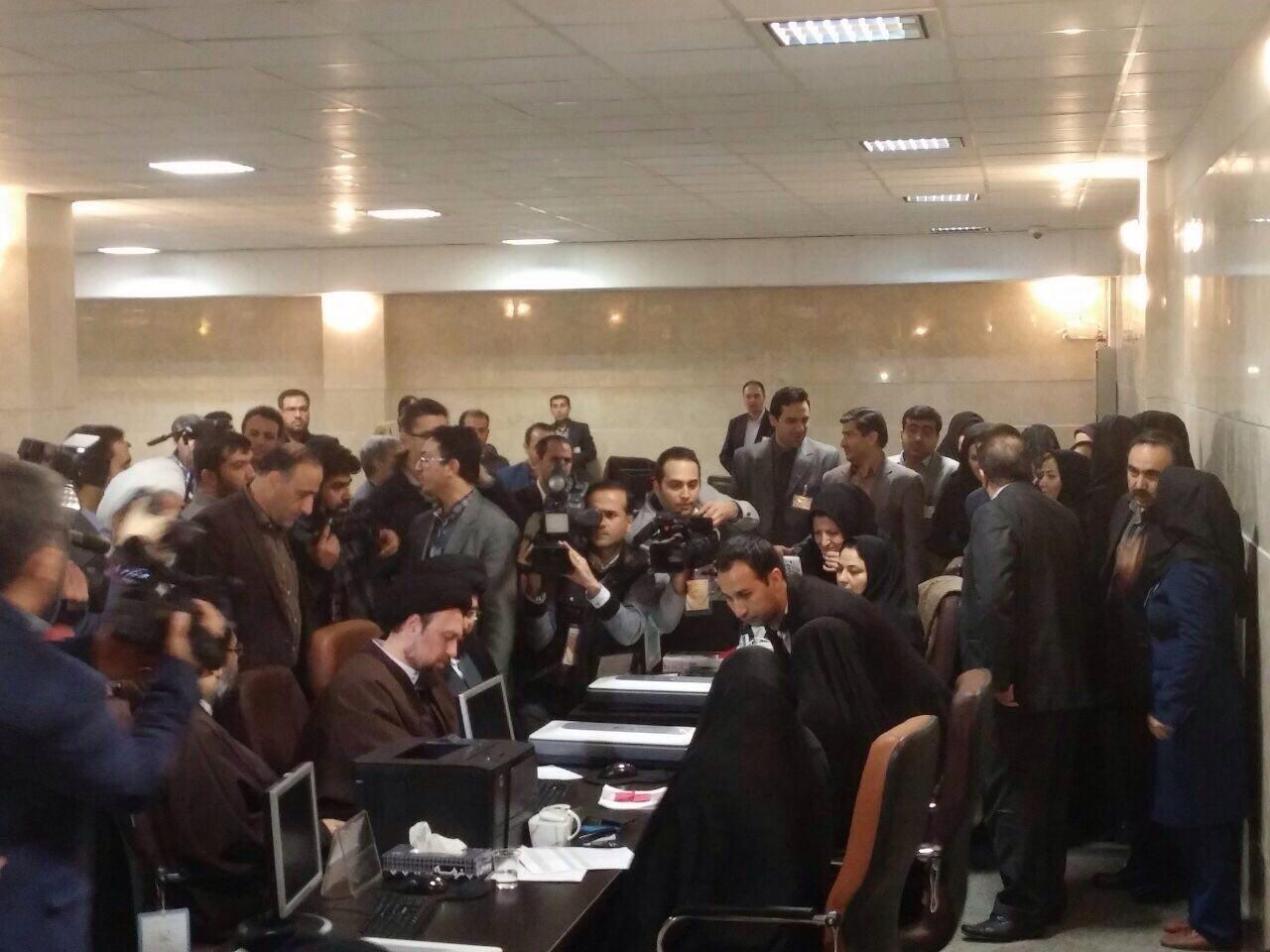 سید حسن خمینی برای انتخابات خبرگان ثبت نام کرد (+عکس)