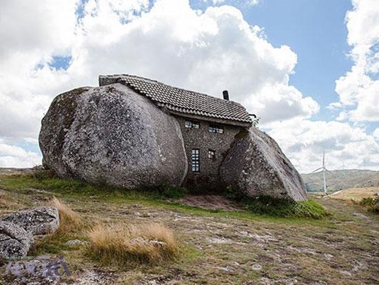 خانه ای در میان سنگهای غول پیکر (عکس)