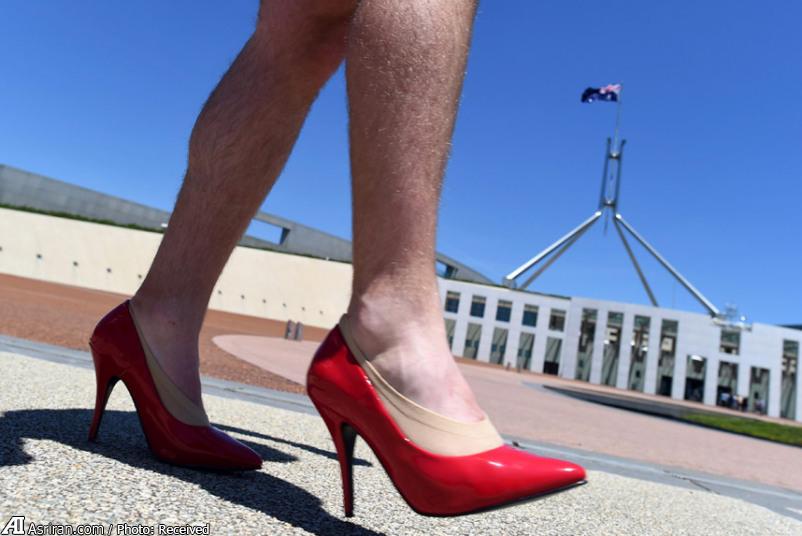 راهپیمایی مردان با کفش زنانه (عکس)