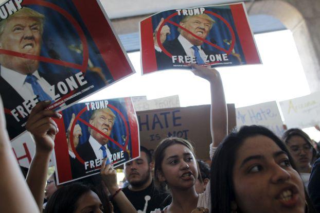 تظاهرات علیه ترامپ در نیویورک/ مخالفان ترامپ خیابان را بستند / 3 نفر بازداشت شدند/ حمله فیزیکی حامیان ترامپ به مخالفانش