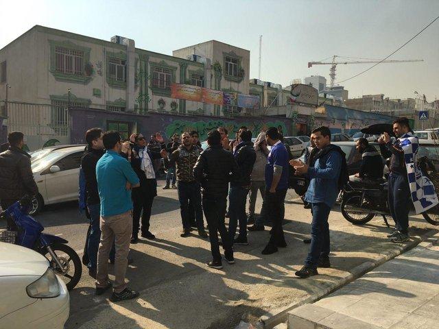 تجمع عدهای از هواداران استقلال مقابل باشگاه (+ عکس)