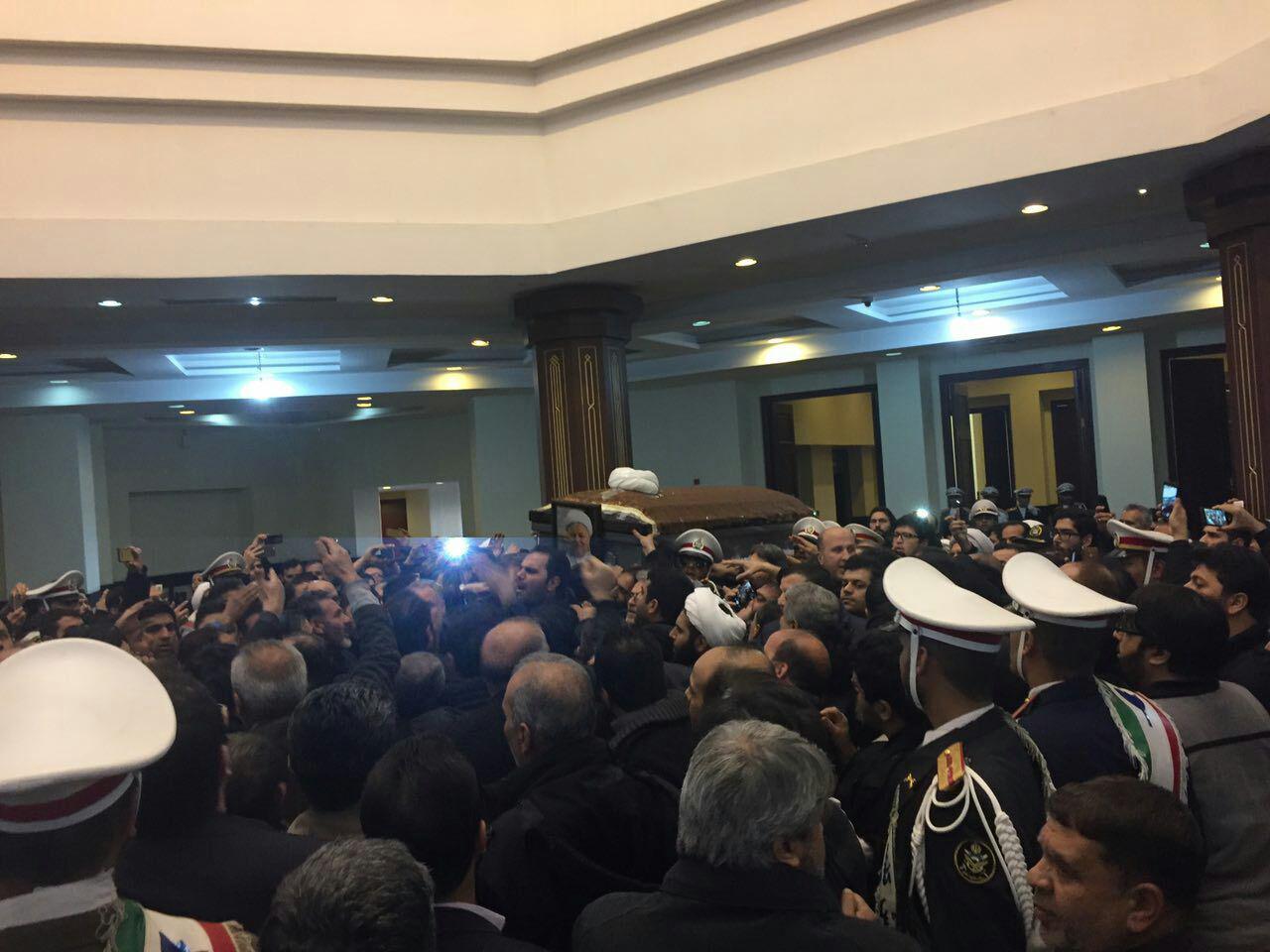 پیکر هاشمی وارد حرم امام خمینی شد / جمعیت میلیونی در مراسم تشییع (+عکس)