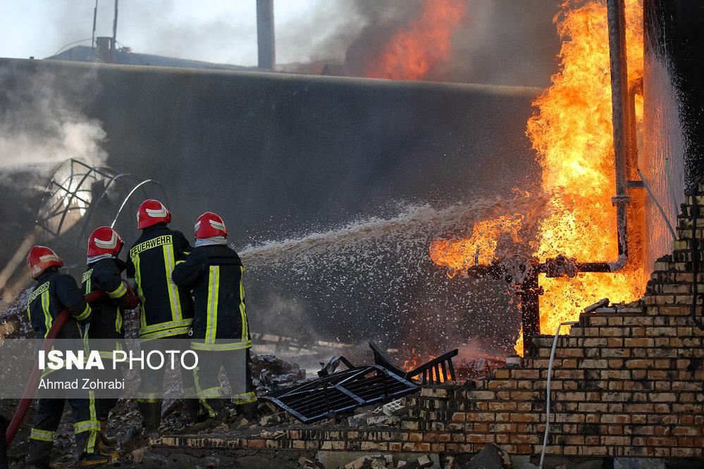 آتش سوزی در کارخانه میعانات نفتی در قم +عکس