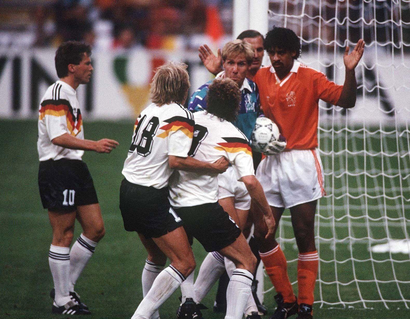 حرکتی شنیع در فوتبال یادآور جام جهانی 90 + تصاویر