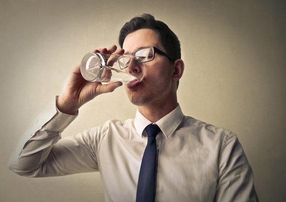 چرا نوشیدن آب به کاهش استرس کمک میکند؟
