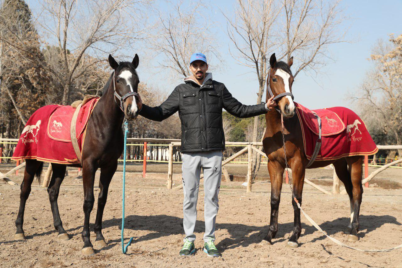 فرهاد قائمي دو اسب هديه گرفت(+عکس)
