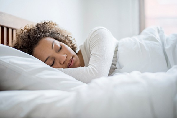 چرا نباید با آرایش به خواب رفت؟