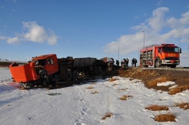16 زخمی و یک کشته حاصل برخورد اتوبوس با کامیون