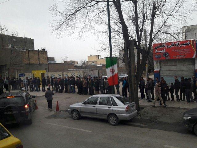 صف 150 متری مردم کرمانشاه پشت درهای سالن رقابت های جام جهانی کشتی (+عکس)