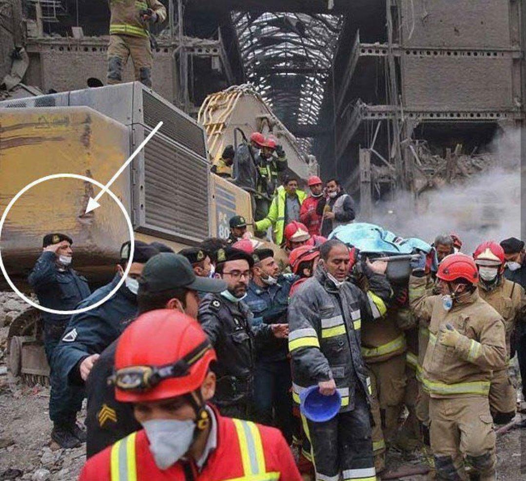 احترام نظامی پلیس به پیکر آتشنشان تازه پیدا شده (عکس)