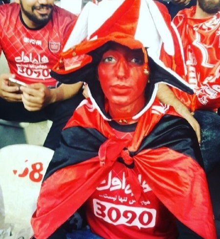 یک دختر پرسپولیسی روی سکوی استادیوم آزادی (+عکس)