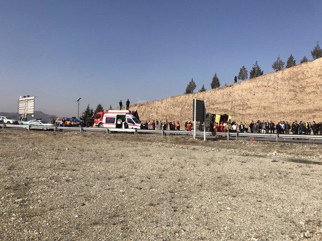 واژگونی اتوبوس شرکت واحد در اتوبان شهید بابایی تهران/ مصدومیت 28 تن (+عکس)