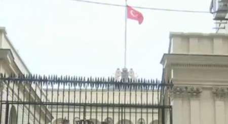 نصب پرچم ترکیه در کنسولگری هلند در استانبول
